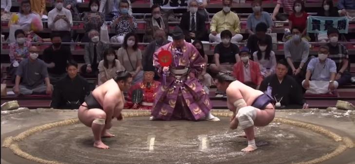 Интригуващ финал на турнира по сумо Нацу Башьо (ВИДЕО)