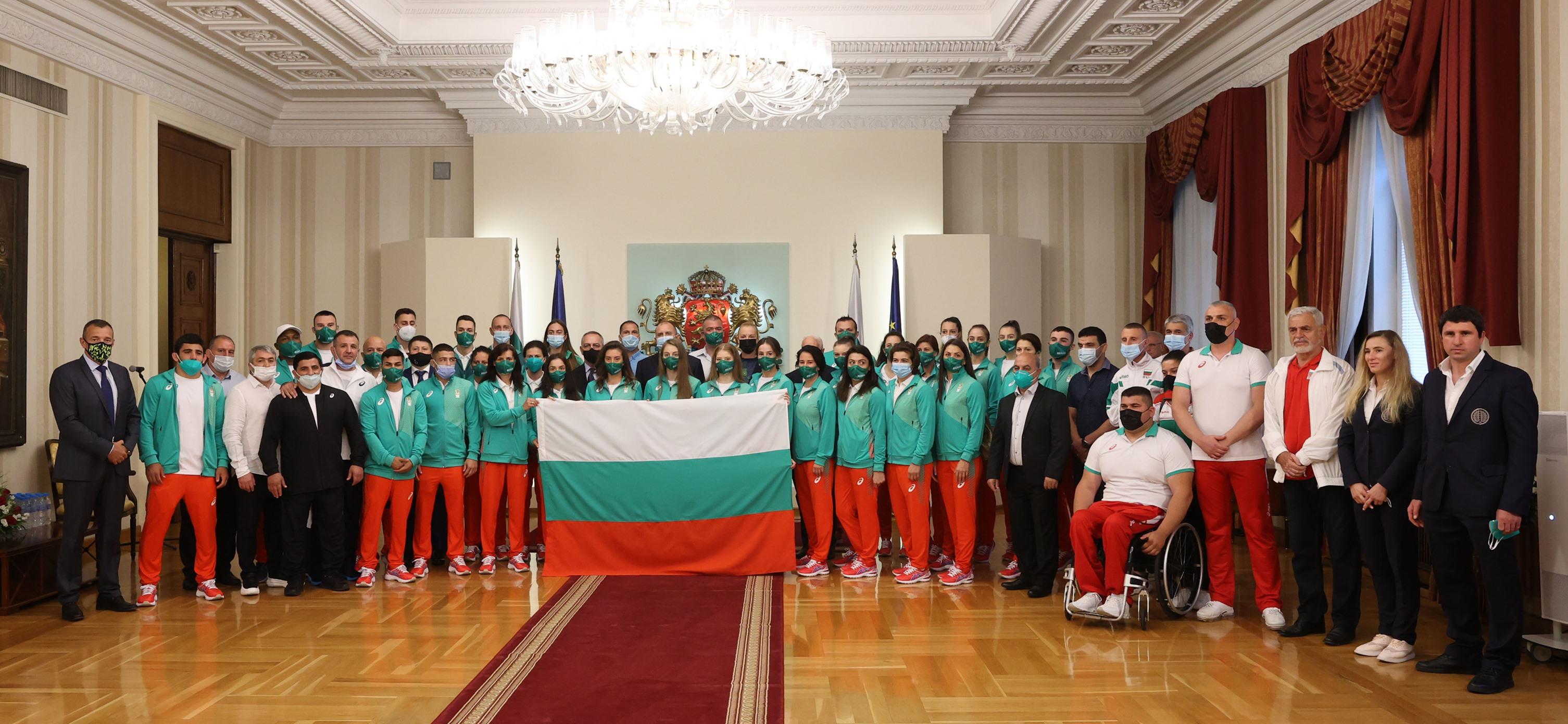 Президентът Радев връчи българското знаме на олимпийците ни