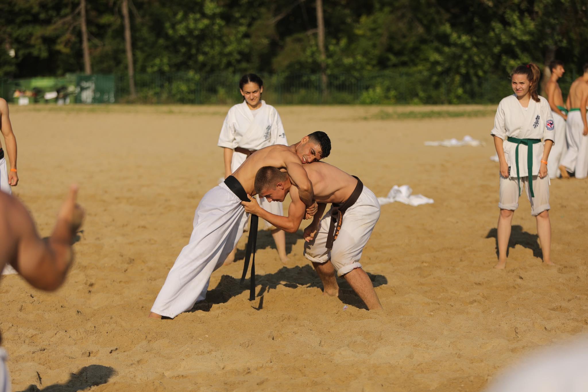 Отборни игри и сумо на сутрешната киокушин тренировка в Камчия