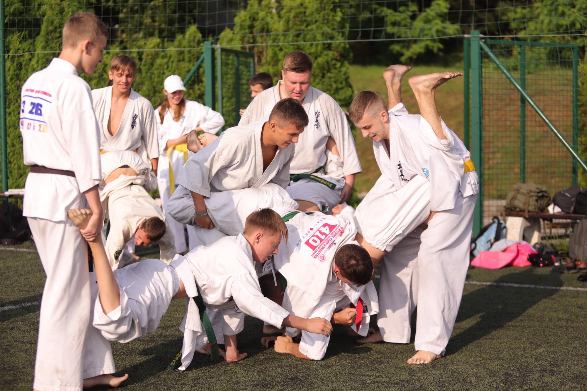 Игри и много смях в сутрешната тренировка по карате в Камчия