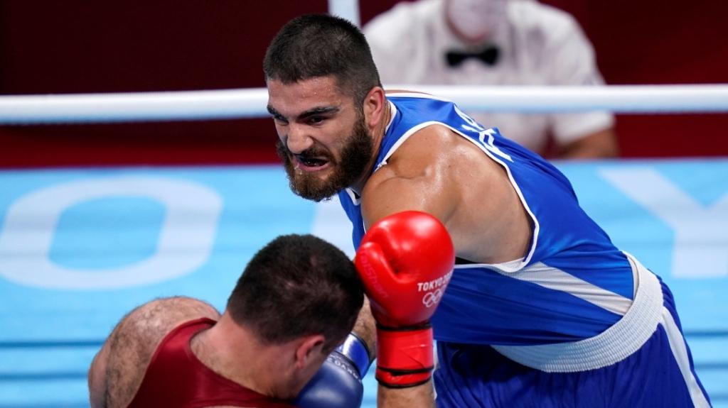 Съдия вбеси френски боксьор, отказа да напусне ринга в Токио (видео)