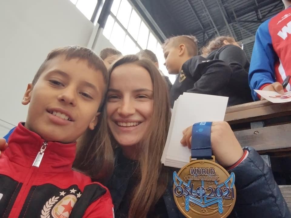 Боян Радев и Биляна Дудова зарадваха деца в Перник